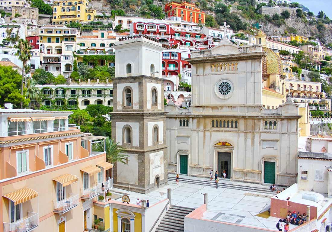 Das Bild zeigt die Kirche Santa Maria Assunta in Positano und ihren Vorplatz.