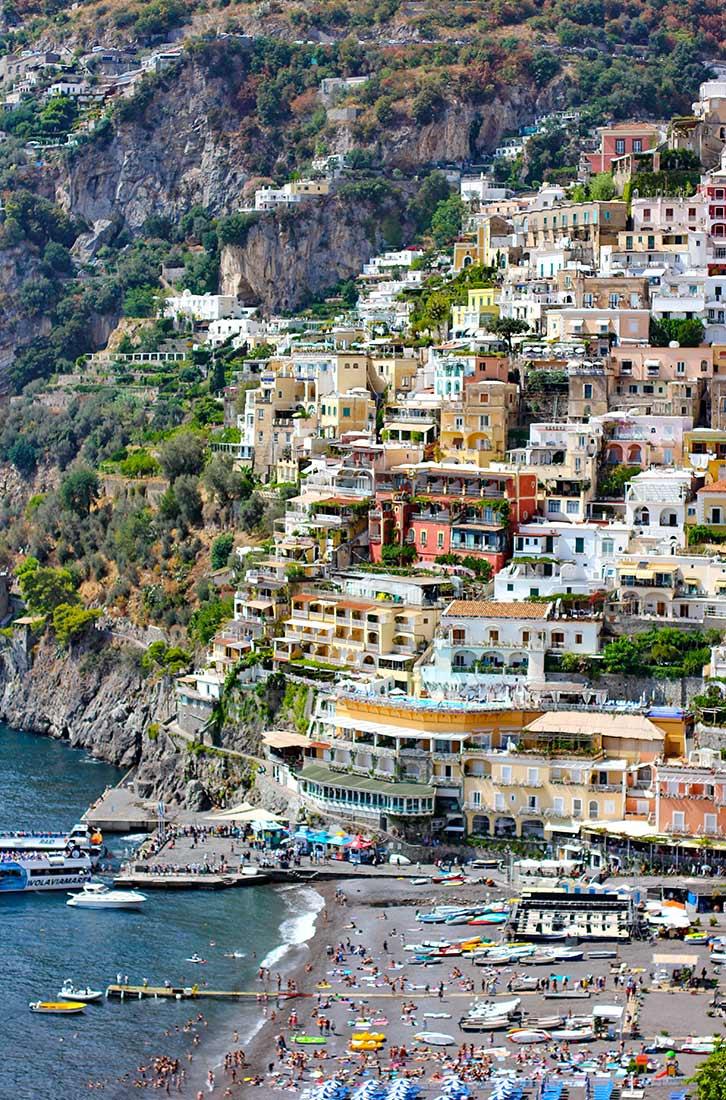 Der westliche Ortsteil von Positano aus der Ferne aufgenommen.