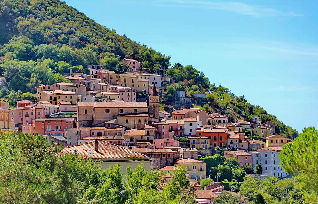 Das Dorf Maratea, das an einen Berghang gebaut ist.
