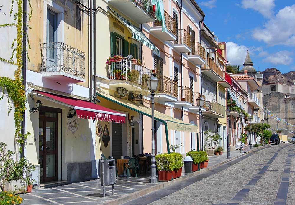 Häuserzeile auf dem Corso Umberto in Amantea