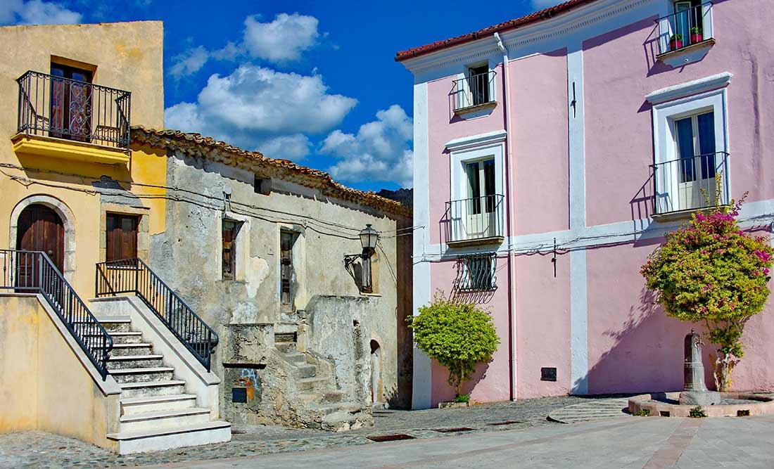 Zwei bunt gestrichene Häuser in Fiumefreddo Bruzio