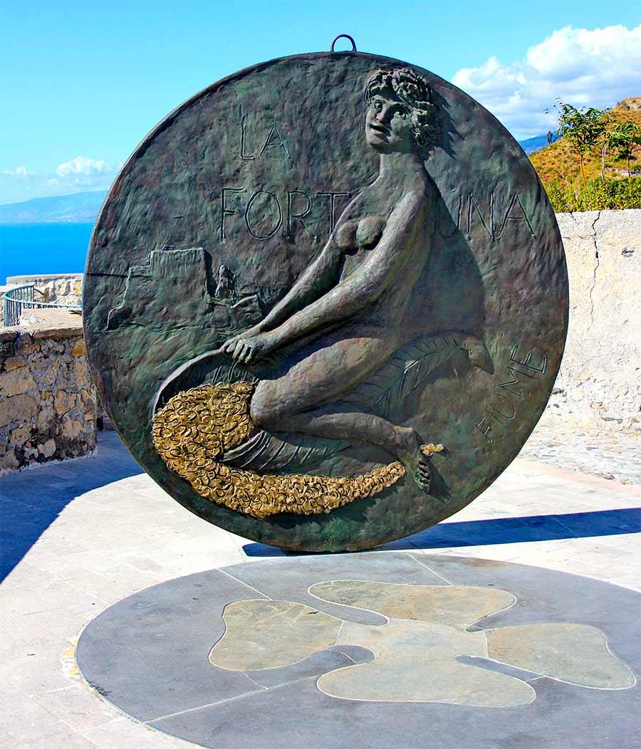 Eine runde Skulptur mit einer Darstellung der Fortuna.