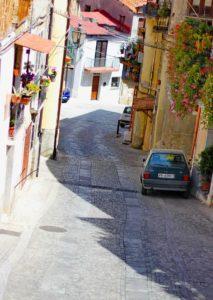 Eine steile Straße im Bergdorf Nicotera