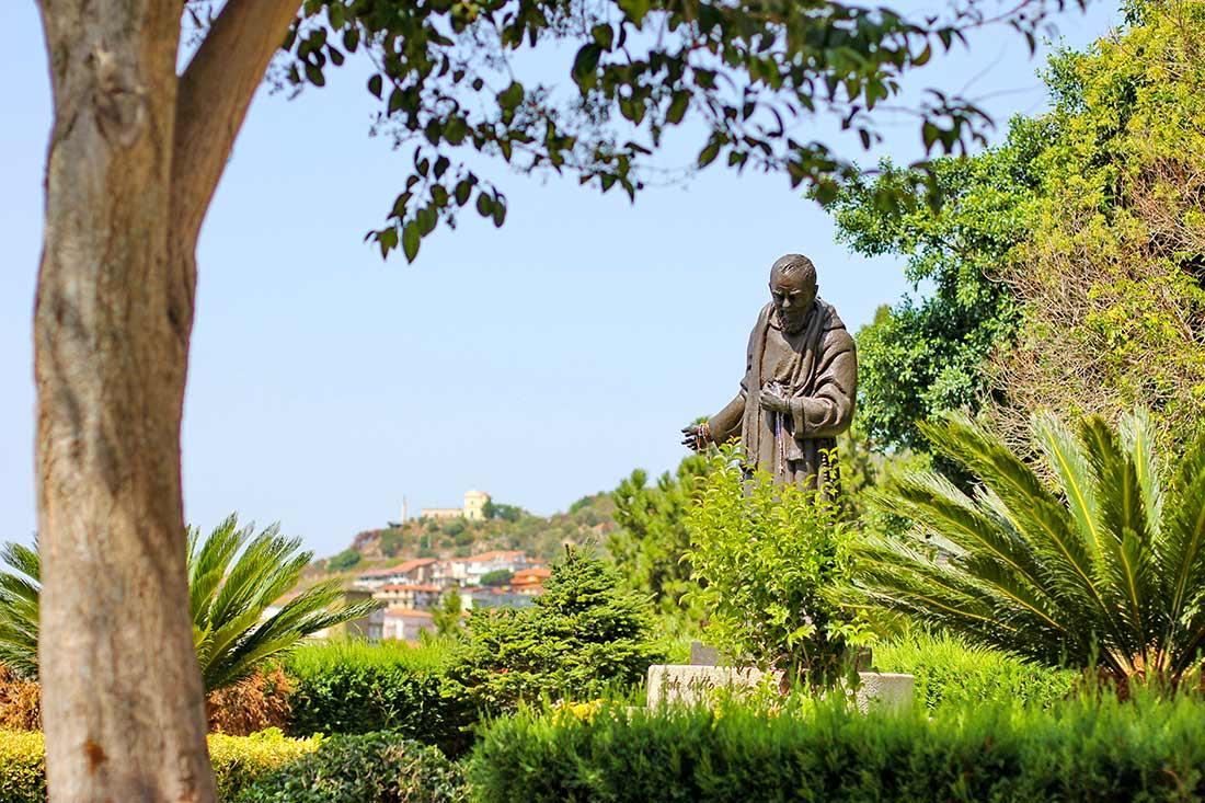 Eine Statue des Geistlichen Padre Pio in einem kleinen Park.