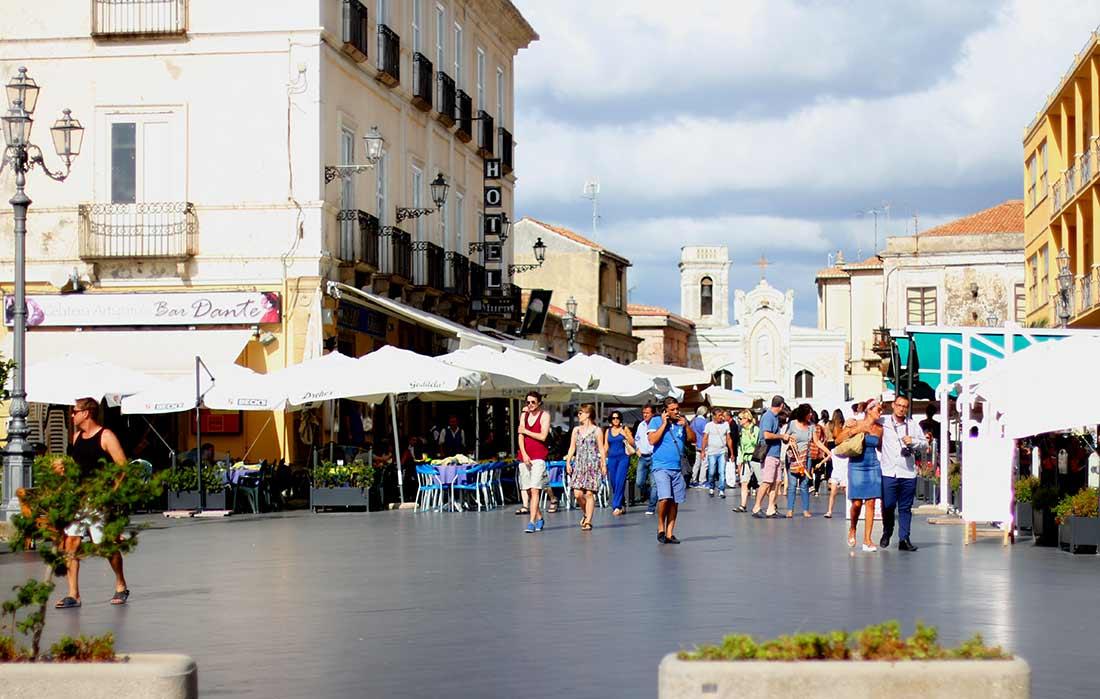 Die belebte Piazza della Repubblica in Pizzo