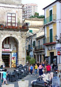 Eine Straße mit Geschäften in der Altstadt von Pizzo.