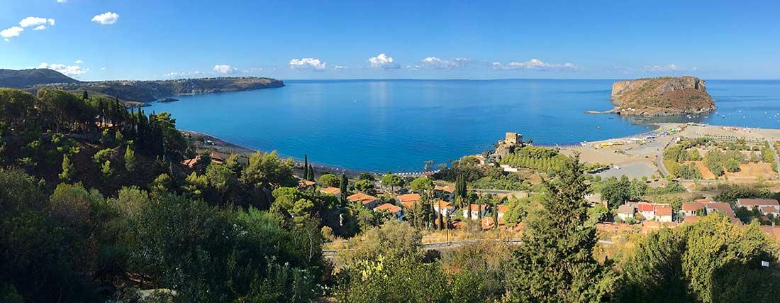 Ein Panorama der Bucht von Praia a Mare und die vorgelagerte Insel Isola di Dino.