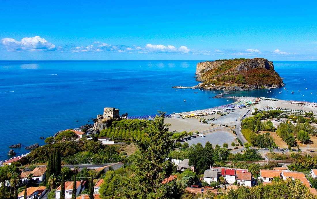 Die Isola di Dino, die nur wenige Meter vom Strand in Praia a Mare entfernt liegt.
