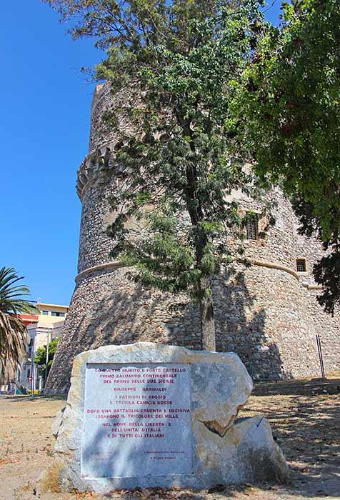 Der Turm des Castello Aragones in Reggio Calabria, davor eine Gedenktafel