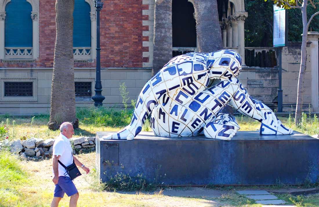 Eine Skulptur der Künstlerin Rabarama auf dem Corso Vittorio Emanuele