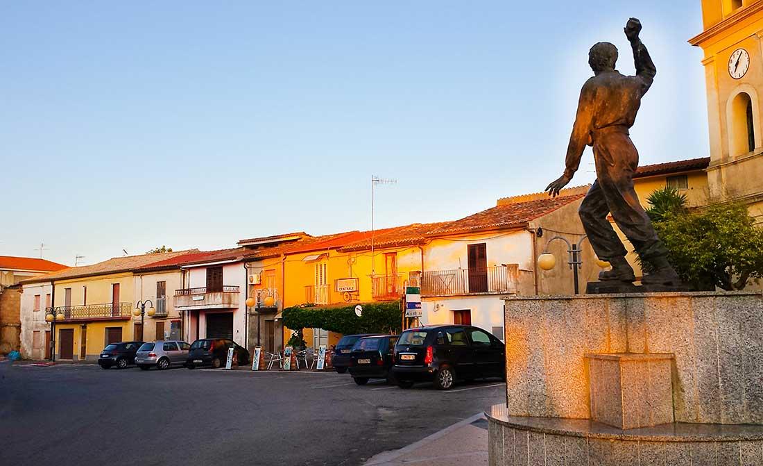 Der Dorfplatz von Ricadi mit einer Statue