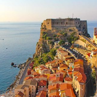 Das Castello Ruffo in Scilla, das auf einem Felsen die anderen Gebäude überragt.