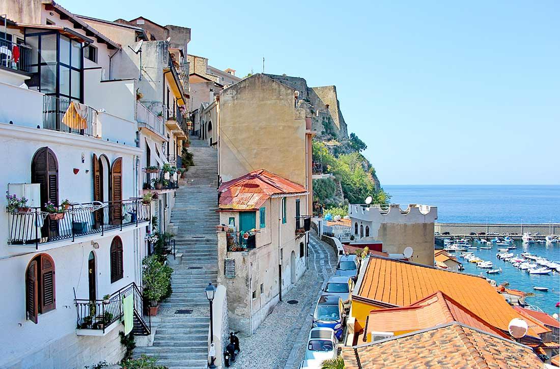 Häuser im Stadtteil Chinalea in Scilla