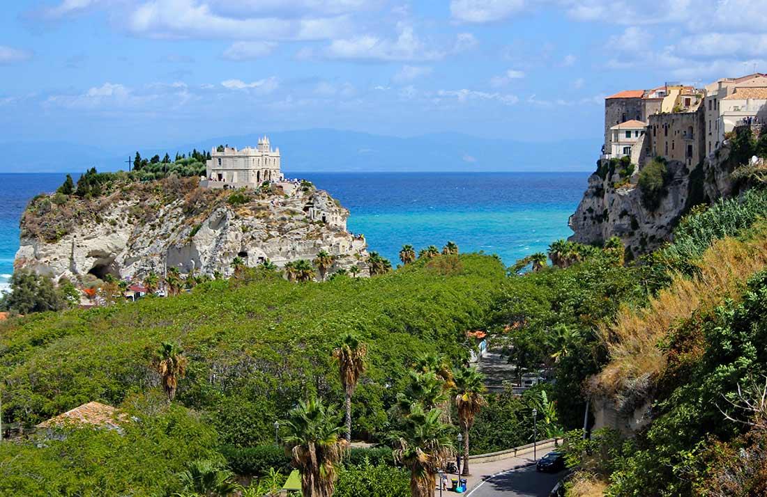 Das Kloster Santa Maria dell'Isola auf einem Felsen, gegenüber die Altstadt von Tropea.