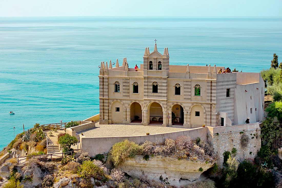 Das Kloster Santa Maria dell'Isola auf einem Felsen im Meer