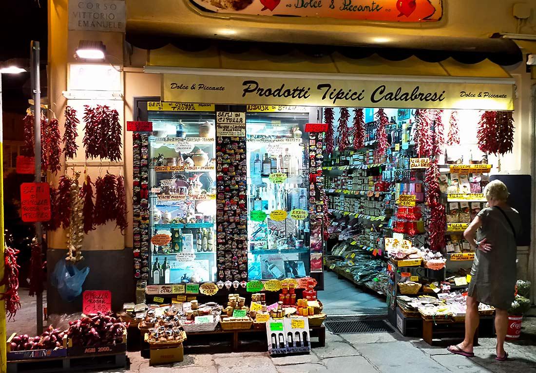 Ein Geschäft mit typisch kalabresischen Lebensmitteln