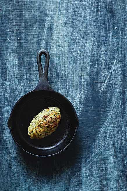 Eine Stockfisch-Krokette in einer kleinen gusseisernen Pfanne.