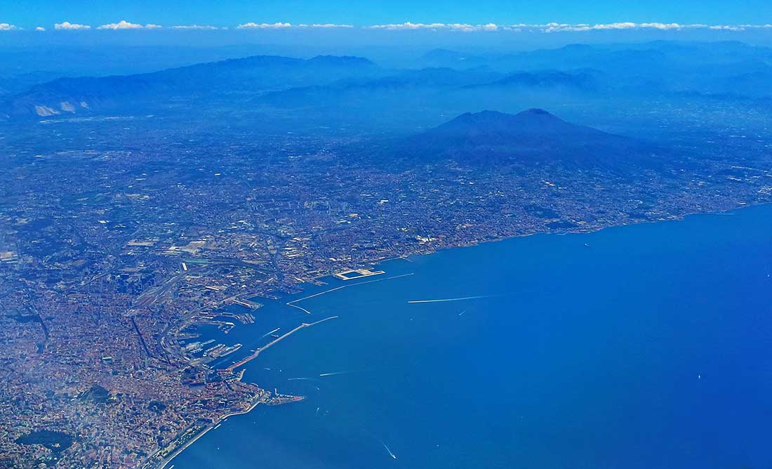 Eine Luftaufnahme von Neapel mit dem Vesuv im Hintergrund