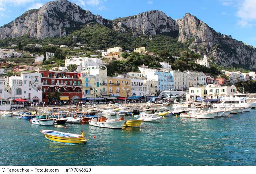 Fischerbote im Hafen von Marina Grande auf Capri. Ein Foto von Tanouchka / Fotolia.