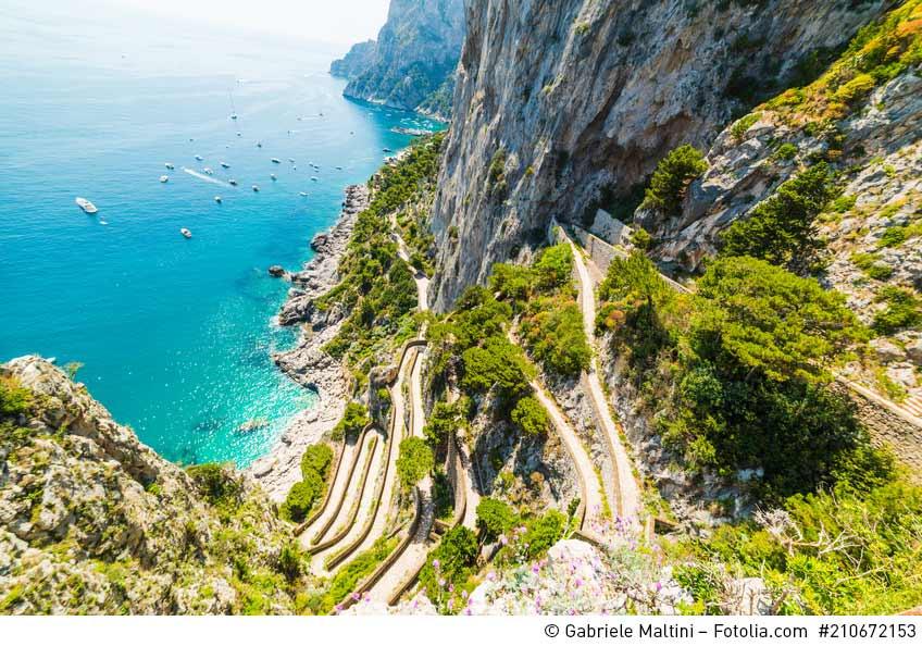 Blick auf die Serpentinenstraße Via Krupp auf Capri. Ein Foto von Gabriele Malitini / Fotolia.