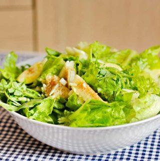 Eine Schüssel mit grünem Salat und Feigen