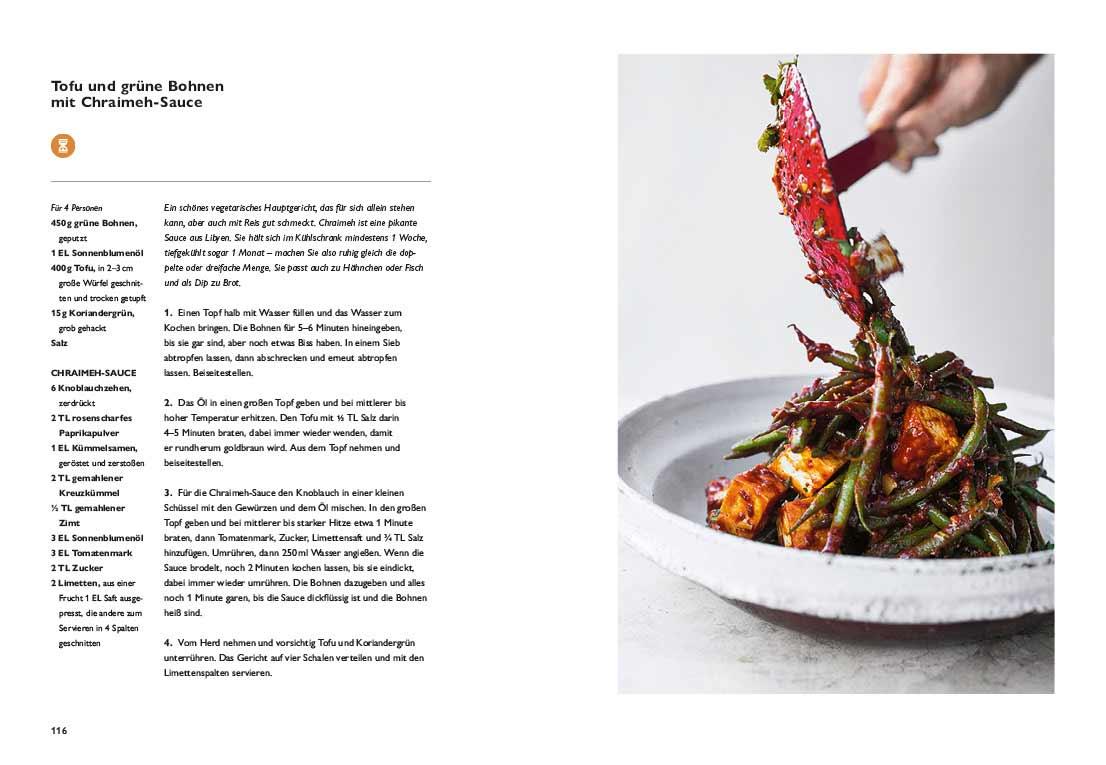 """Eine Seite aus dem Buch """"Simple"""" von Ottolenghi: Links das Rezept für Tofu und grüne Bohnen, rechts ein Teller mit dem gekochten Gericht."""