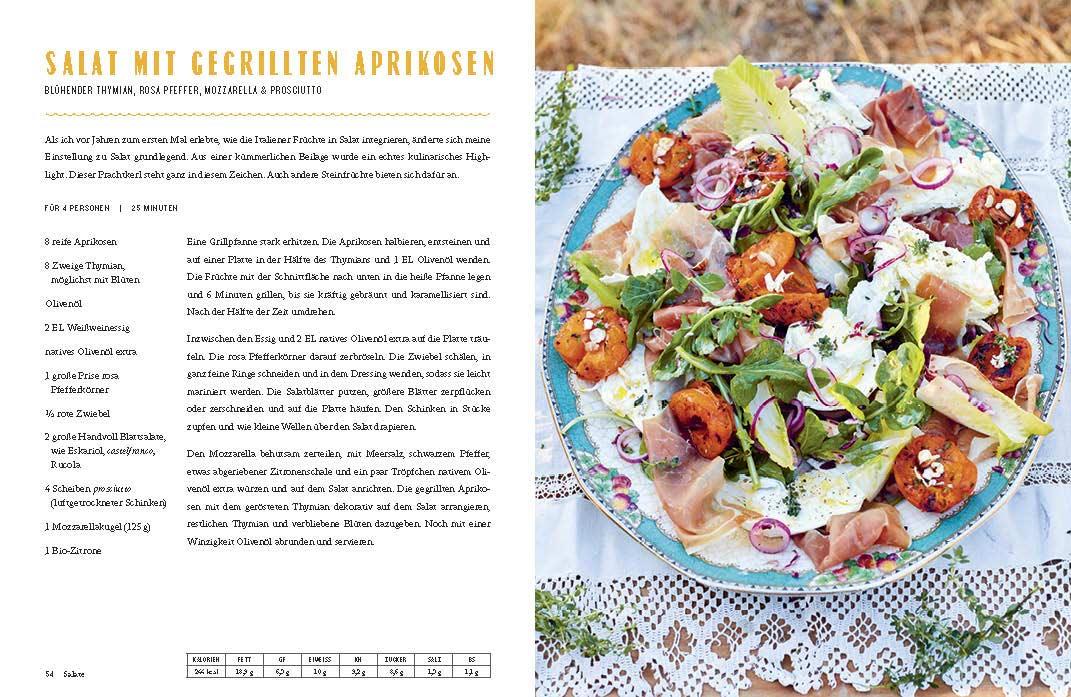 """Seitenauszug aus """"Jamie kocht Italien"""": Ein Salat mit Mozzarella, Schinken und gegrillten Aprikosen auf einem Teller, links daneben das Rezept."""