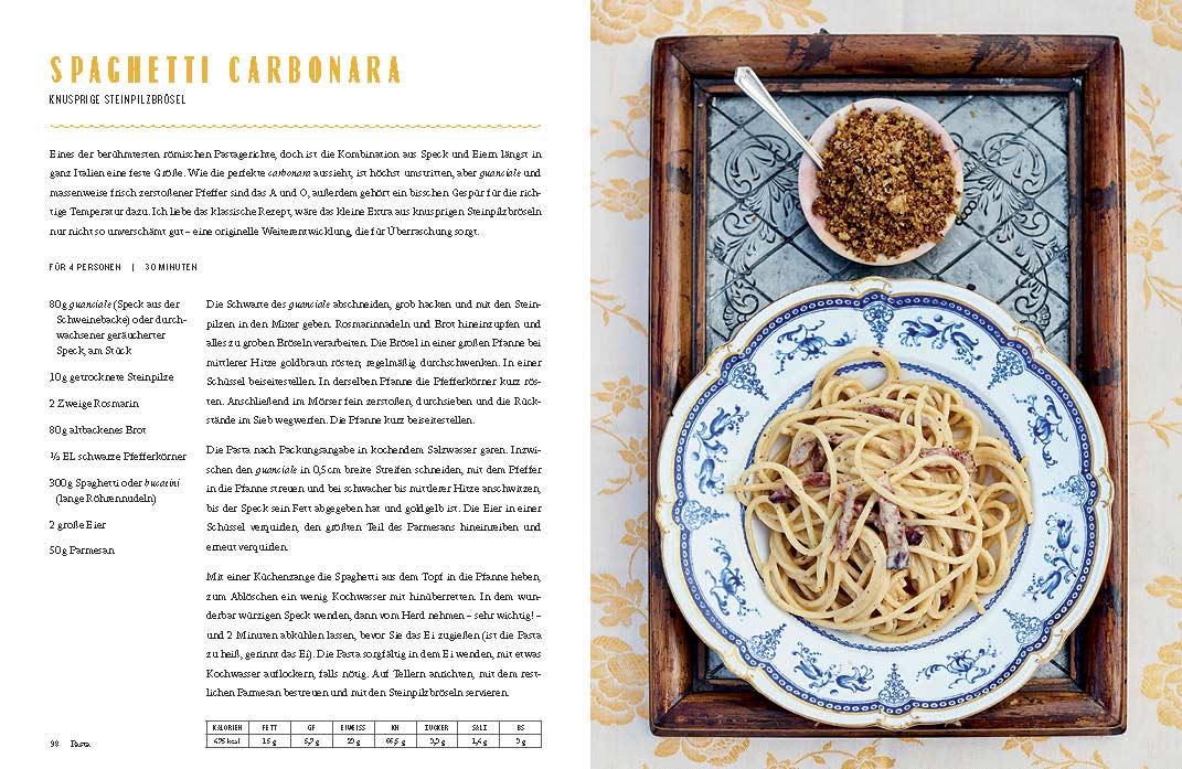 """Eine Seite aus """"Jamie kocht Italien"""". Links das Rezept für Spaghetti Carbonara, rechts ein großer Teller Spaghetti und ein Schüsselchen mit Steinpilzbröseln."""