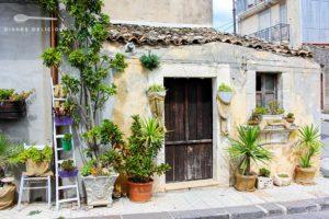 Kleines 1-Etagen-Haus in Buscemi. Außen ist es mit zahllosen Pflanzen verziert.