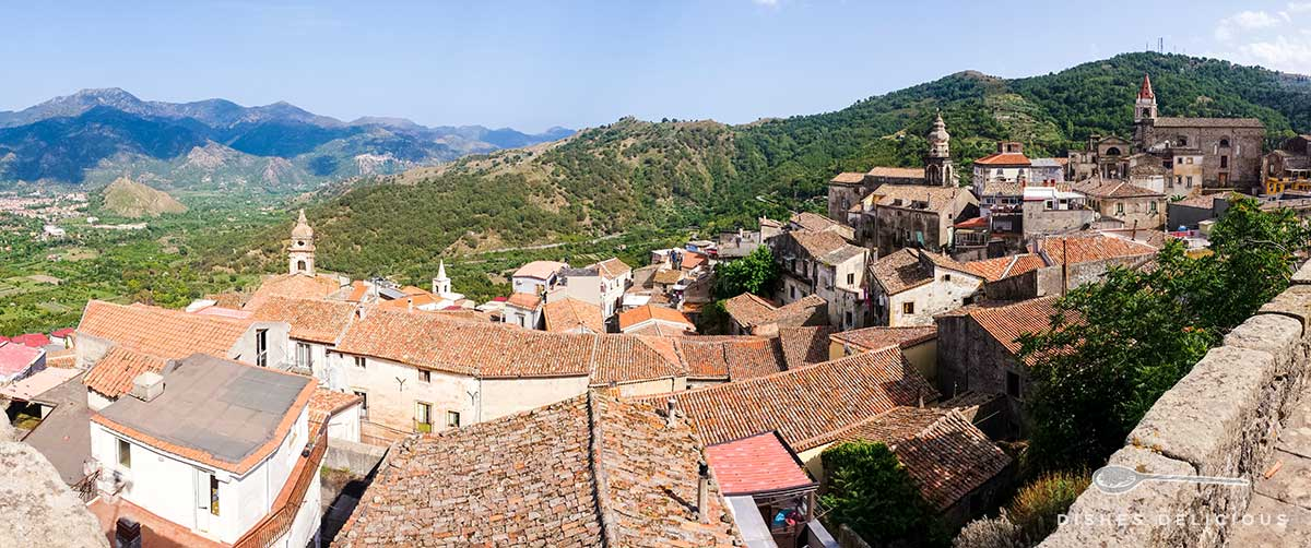 Das Dorf Castiglione di Sicilia von oben. Das Bild zeigt die Häuser und drei Kirchen.