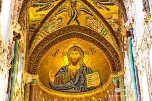 Ein Kuppelmosaik im Dom von Cefalù, das das Motiv des Christus Pantokrator zeigt.