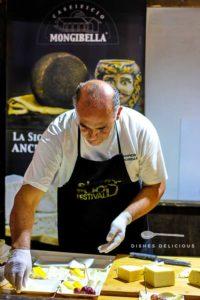 Ein Mitarbeiter der Käserei Mongibella bereitet beim Siciliy Food Festival Käseplatten zu.