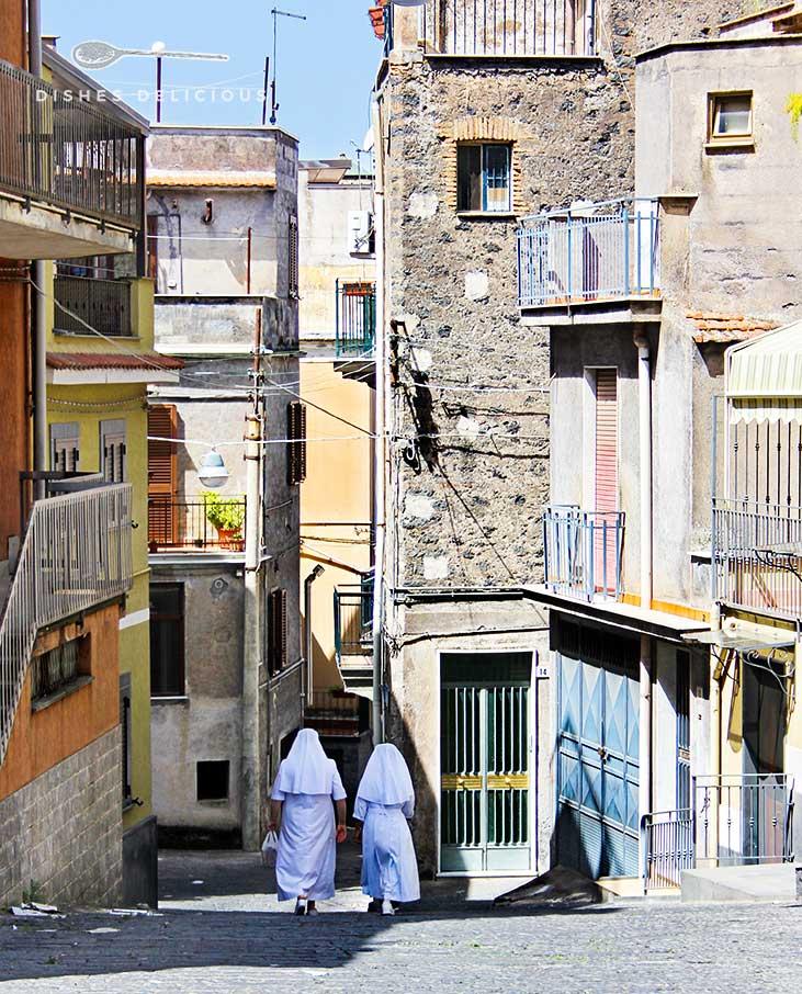 Zwei Nonnen gehen eine Gasse in dem sizilianischen Städtchen Bronte entlang.