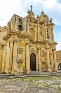 Die barockverzierte Kirche Sant'Antonio in Ferla, von der Seite aufgenommen.