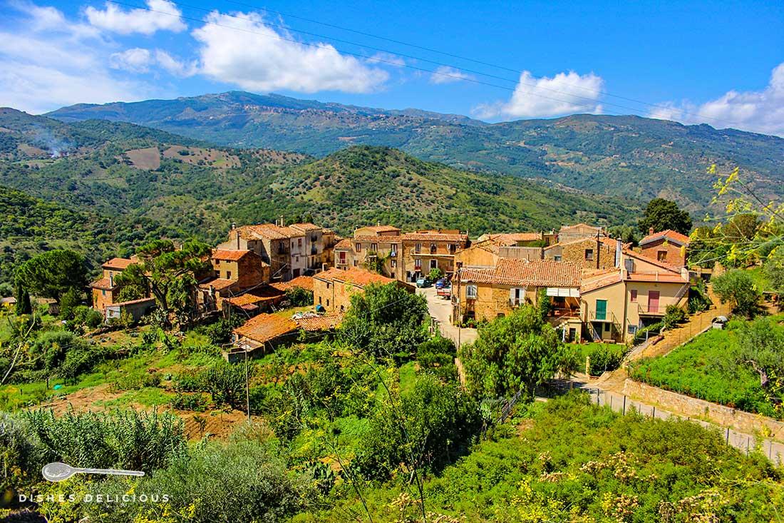 Das Dorf Botindari: Eine Handvoll Häuser mitten in den grünen Bergen.
