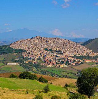Gangi aus der Ferne - die vielen Häuser stapeln sich auf einem Berg.