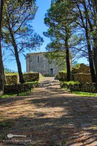 Die Ruinen der Burg von Geraci Siculo: ein Weg führt zu den Resten des alten Gebäudes.