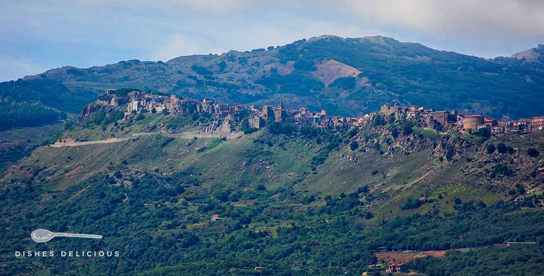 Das Dorf Geraci Siculo, das sich über einen langgezogenen Bergkamm erstreckt.