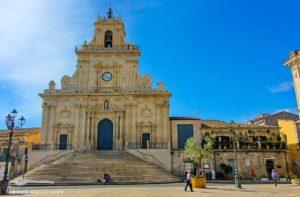 Die barock verzierte San Sebastiano-Kirche mit ihrem Treppenaufgang in Palazzolo Acreide