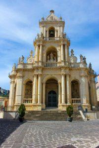 Die Basilca von Palazzolo Acreide sieht aus wie ein reich verziertes Schmuckkästchen. Ihr Vorplatz dagegen ist karg gepflastert.
