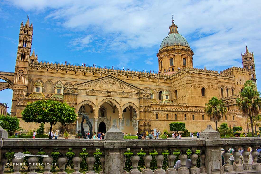Die Kathedrale von Palermo. Ihr Äußeres ist von arabisch-normannischen Einflüssen geprägt.