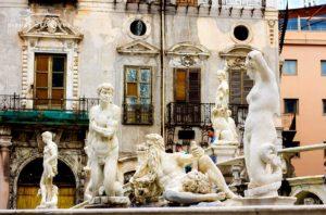 Eine Handvoll freizügiger Mamorstatuen, die Fabelwesen zeigen. Sie sind Teil des Pretoria-Brunnens in Palermo.
