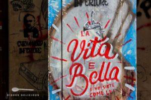 """Silber-blaues Graffiti mit dem Text """"Das Leben ist schön und du bist wie sie""""."""