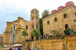Zwei Unesco-Welterbe-Kirchen nebeneinander: San Cataldo mit ihren drei roten Kuppeln und die Admiralskirche mit ihrem arabo-normannischen Turm
