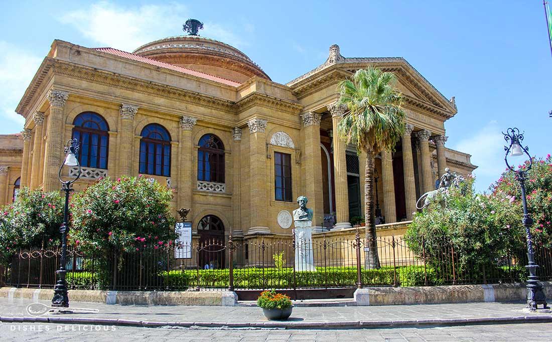 Das Teatro Massimo in Palermo - schwere Säulen säumen den Eingang.