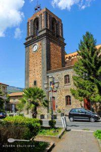 Der viereckige Kirchturm der San-Nicola-Kirche.