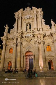 Der Dom von Syrakus mit seiner Barockfassade am Abend.