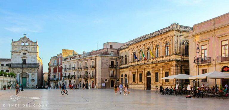 Die weitläufige Piazza Duomo in Syrakus, gesäumt mit Prachtbauten und Barockkirchen.