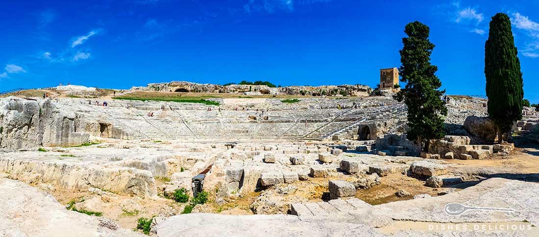 Die Ruinen des gigantischen griechischen Theaters in Syrakus.