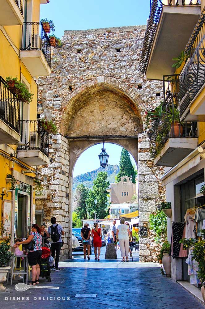Die Wallanlage Porta Catania am Eingang zur Altstadt in Taormina